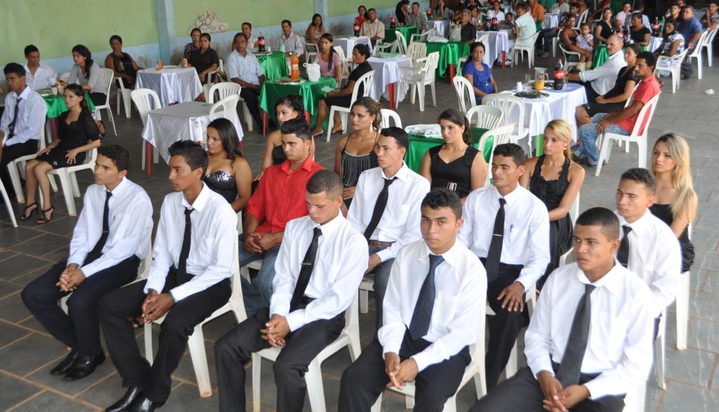 Jovens exibem certificado do curso promovido pelo Senar em parceria com a Emflors