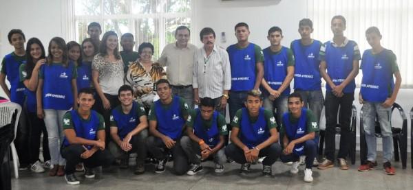 Time de estudantes do programa Jovem Aprendiz Rural na sede da empresa parceira do Senar, em São José de Ribamar.