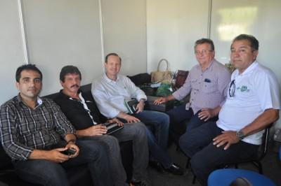 Vice-presidente da Faema, (Raimundo Coelho), e o superintendente do Senar, (Luiz Figueiredo) e assessores recebem secretário de Agricultura do Estado, Márcio Honaiser.