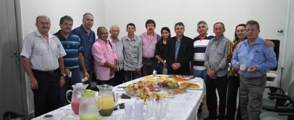 José Hilton Coelho, (Faema) e Luiz Figueiredo, (Senar), se confraternizam com os sindicalistas no café da manhã.