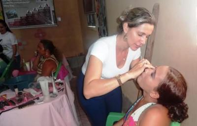 Mulheres rurais recebem tratamento de beleza após exame preventivo