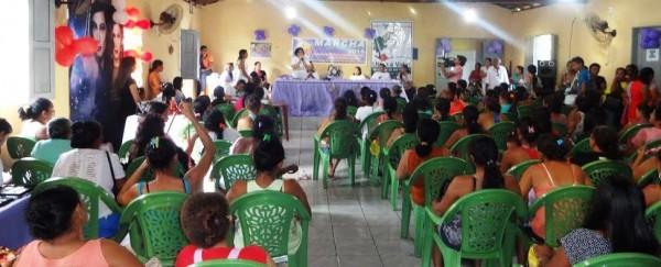 A coordenadora de FPR e PS do Senar, Yolanda Gomes, abre o evento em Vitorino Freire na presença de centenas de mulheres rurais, presidentes de sindicatos e outras autoridades.
