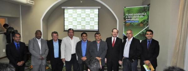 José Hilton Coelho de Sousa, Raimundo Coelho, Emerson Galvão com lideranças políticas e representantes de órgãos estaduais e federais, durante o lançamento do PAP 2015-2016.