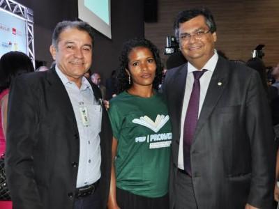 Valdilene Ferreira, formanda do Curso Piscicultor pelo Senar, com Carlos Antônio Feitosa e o Governador Flávio Dino.