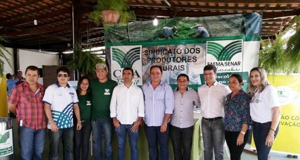 Lideranças políticas, sindicais, convidados e equipe da Faema/Senar, no estande, durante Expoimp.