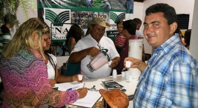 No estande da Faema/Senar, visitantes participam de Oficina de Cachaça Artesanal.