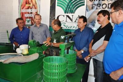 Ao lado do prefeito de Codó, (Zito Rolim), pelo titular da Sagrima, (Márcio Honaiser) e por produtores rurais, Raimundo Coelho, (Faema) e Luiz Figueiredo, (Senar), acompanham o beneficiamento da farinha de mandioca, no estande do Senar, na ExpoCodó.