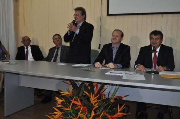 Raimundo Coelho discursa como novo presidente da Faema ao lado de autoridades estaduais