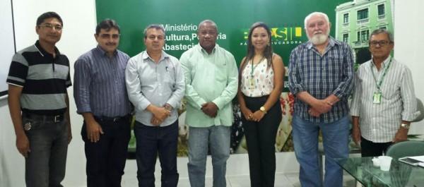José Hilton Coelho de Sousa, (vice-presidente/Faema), Astolfo Seabra, (Sindicato dos produtores rurais de S. Domingos dos Maranhão), César Viana, (Consultor da Faema), em reunião com José Antônio dos Santos, na sede da Superintendência da SFA-MA.