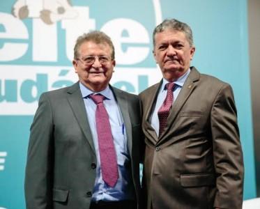 """Raimundo Coelho, (Faema) e o vice-presidente do CNA, Mário Borba durante o lançamento do programa """"Leite saudável"""", em Brasília."""
