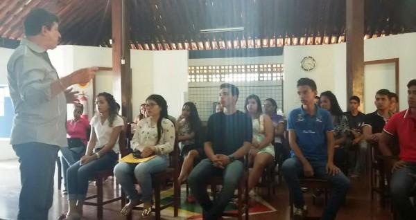 Luiz Figueiredo ministra palestra motivadora para grupo de jovens na empresa Energia Verde Produção Rural, em Açailândia.