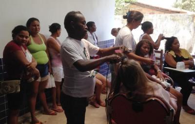 Corte de cabelo e entrega de produtos de higiene e limpeza na ação de saúde do Senar.