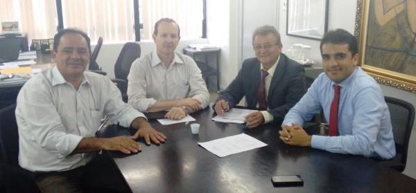 Secretário da Sagrima, Márcio Honaiser, o adjunto, Edjailson Sousa e assessor jurídico, Emerson Galvão, assinam convênio com o presidente da Faema, Raimundo Coelho.