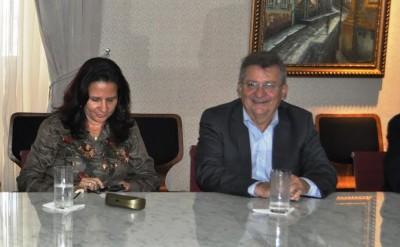Raimundo Coelho da Faema, ao lado da presidente da ACM, Luzia Rezende durante assinatura de acordo nos Leões.