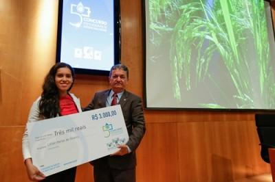 """A autora da fotografia """"Água que alimenta o mundo"""", Lilian, recebeu o prêmio do vice-presidente diretor da CNA, Mário Borba."""