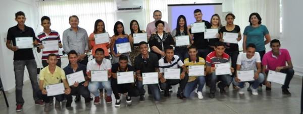 Gestores do Senar e da empresa Santa Izabel reunidos com os jovens atendidos pelo programa Jovem Aprendiz Rural.