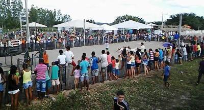 Moradores assistem vaquejada de bode