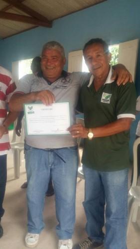 O presidente do Sindicato de Rosário, Raimundo Sousa, entrega certificado a produtor rural.