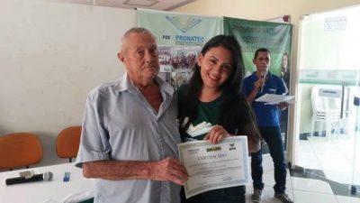 O Presidente do Sindicato dos Produtores Rurais, José Luzia entrega certificado a participante do curso.