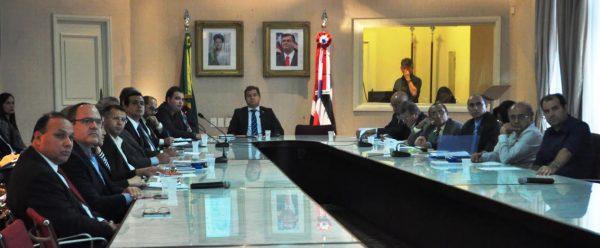 Simplício Araújo da Seinc coordena reunião no Palácio dos Leões com representantes do setor produtivo e governo.
