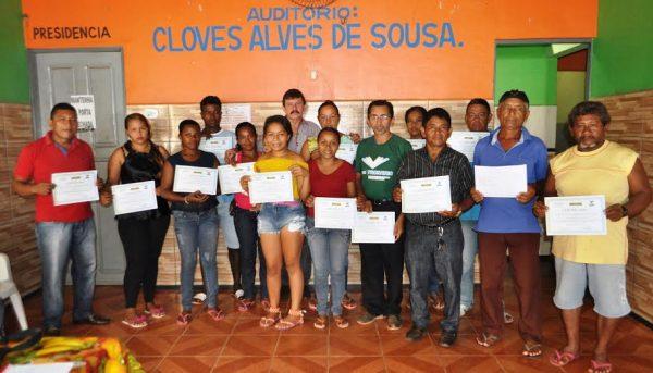 Grupo de produtores de Jiquiri em Santa Rita recebe certificado pelo superintendente do Senar, Luiz Figueiredo.
