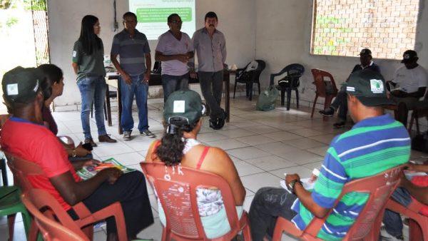 O superintendente Luiz Figueiredo ministra palestra aos produtores em Rosário, acompanhado por Raimundo Sousa, (Sindicato dos Produtores), Raimundo Moreira, (STTR) e Rosário de Jesus, (instrutora do Senar).