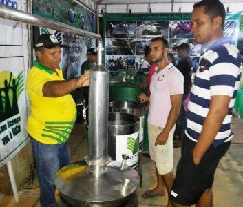 Minifábrica de cachaça apreciada por visitantes na ExpoChapadinha