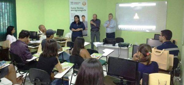 Em Balsas, a coordenadora pedagógica do programa no estado, Thaysa Correia abre os trabalhos da Rede E-Tec.