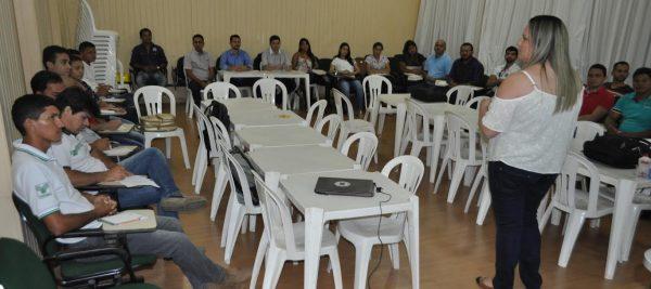 Equipe da cadeia de bovinocultura recebe orientações para manuseio do software.