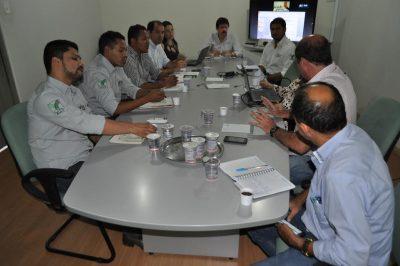 Equipe reunida no Senar para discutir pormenores do programa.