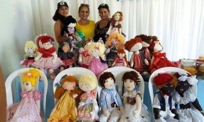 A coordenadora do CRAS, Socorro Monteles apresenta a produção de bonecas em Anapurus.