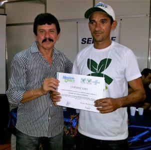 Produtor rural recebe certificado das mãos do superintendente do Senar.