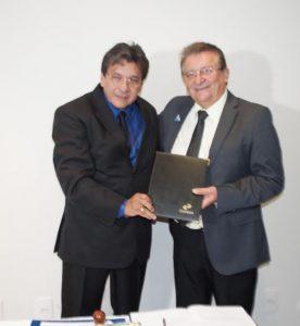 Raimundo Coelho recebe selo comemorativo dos Correios pelos 15 anos sem Febre Aftosa.
