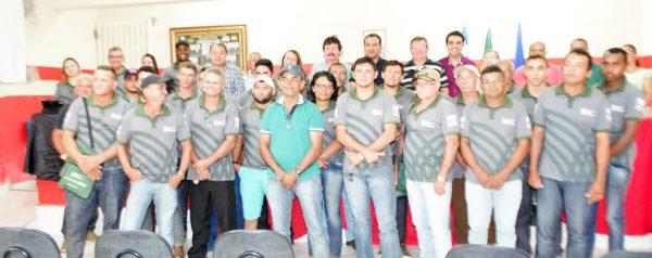 Dirigentes e produtores durante solenidade de encerramento.