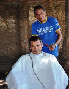 Equipe do Senar e parceiros fazem serviço de barbearia em produtores rurais.