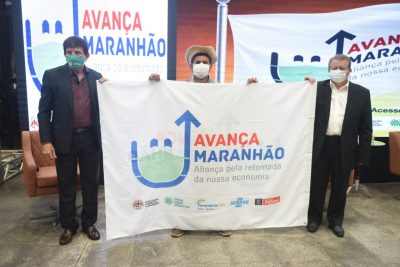 Superintendente do SENAR-MA, Luiz Figueiredo e presidente do sistema Faema/Senar/Sindicatos, Raimundo Coelho, recebem do produtor rural Carlos Magno, bandeira do Avança Maranhão.